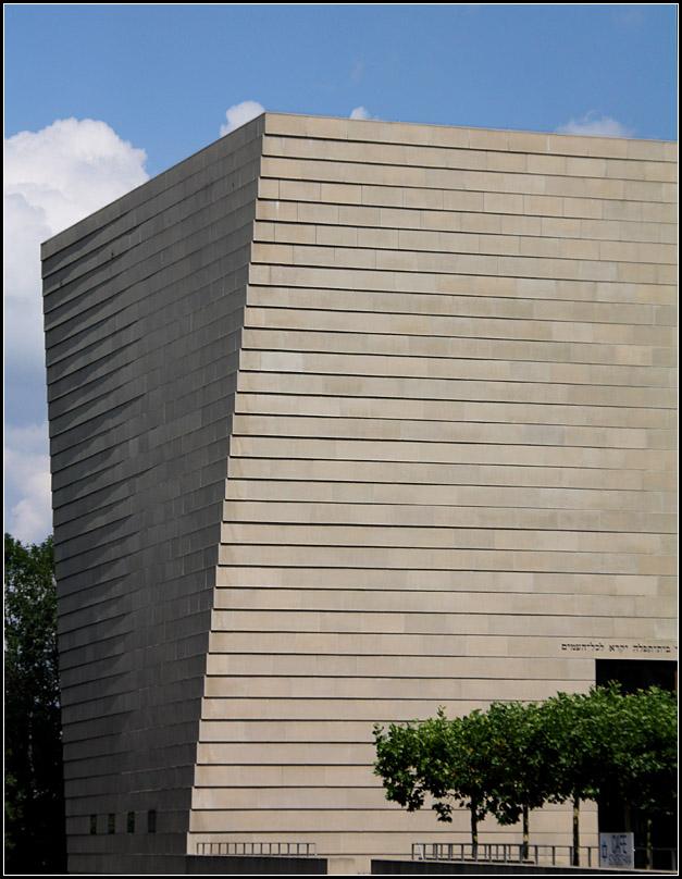 die verdrehte steinfassade der neuen synagoge in. Black Bedroom Furniture Sets. Home Design Ideas