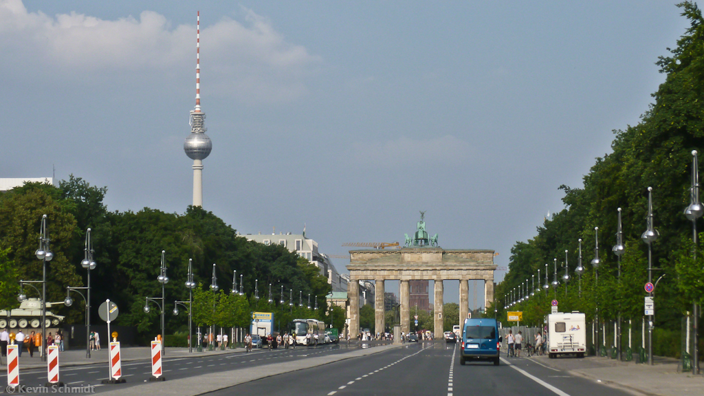 auf der stra e des 17 juni in berlin blick zum brandenburger tor bis hin zum fernsehturm 06. Black Bedroom Furniture Sets. Home Design Ideas