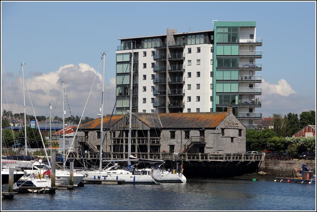 plymouth alte und moderne geb ude stehen am sutton harbour im kontrast staedte. Black Bedroom Furniture Sets. Home Design Ideas