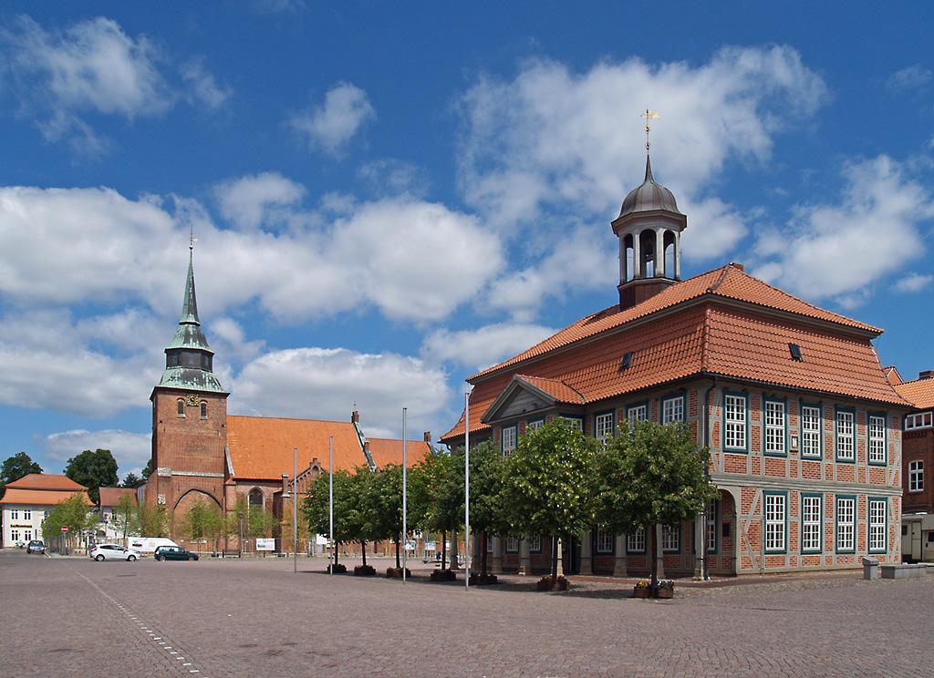 rathaus und st marien kirche in boizenburg einer kleinstadt im mecklenburg vorpommern. Black Bedroom Furniture Sets. Home Design Ideas