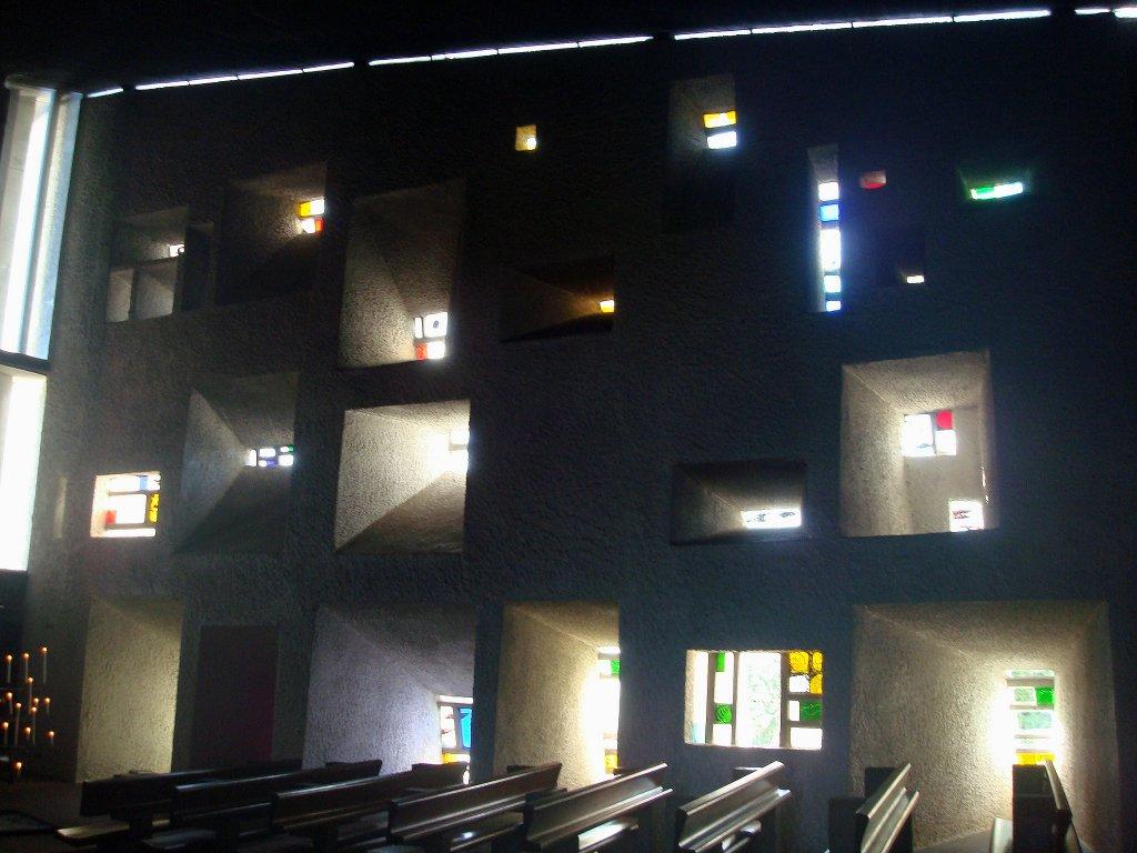 wallfahrtskirche in ronchamp in frankreich der glockenturm an der westseite vor der kirche mit. Black Bedroom Furniture Sets. Home Design Ideas