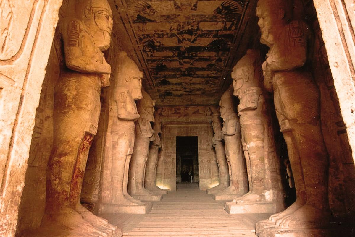 Der Eingang zum Großen Tempel von Ramses II in Abu Simbel ...