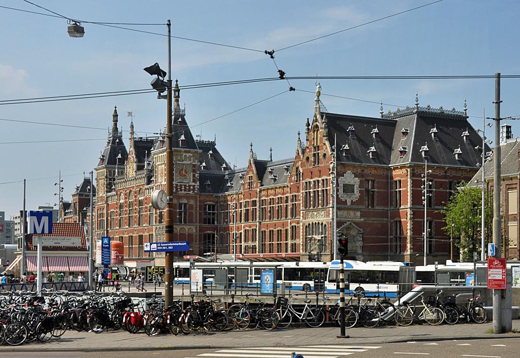 hauptbahnhof und bahnhofsvorplatz von amsterdam staedte. Black Bedroom Furniture Sets. Home Design Ideas