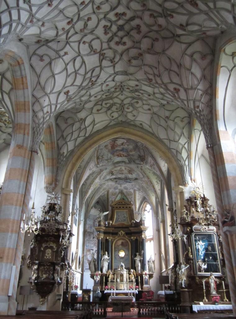 Kötschach, Pfarrkirche Unsere Liebe Frau, Netzrippengewölbe mit Schlingwerk, klassizistischer Hochaltar von 1833, Rokoko Choraltäre (18.09.2014)