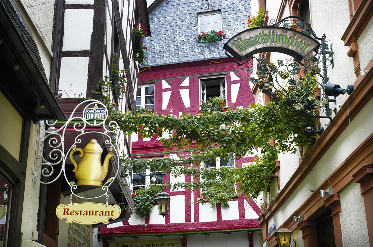 Schild vom Hotel Moselbl u00fcmchen, Schwanenstra u00dfe 10, Bernkastel Kues  Aufnahme  Juli 2007