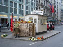 Der Checkpoint Charlie in Berlin.