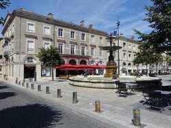 Castres, Brunnen am Place Jean Jauris in der Altstadt (30.07.2018)