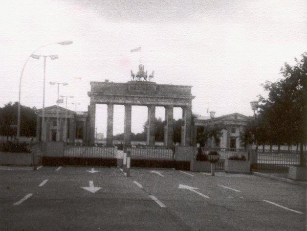 brandenburger tor mitte der 80er jahre aus ost berliner perspektive foto von meinem vater. Black Bedroom Furniture Sets. Home Design Ideas