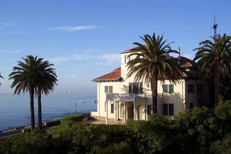 lissabon villa am meer staedte. Black Bedroom Furniture Sets. Home Design Ideas