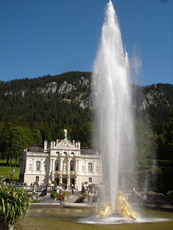Schloss Linderhof Bei Oberammergau Bayern Eins Der Drei Prachtschlosser Des Bayernkonigs Ludwig Ii Erbaut 1869 86 Aug Staedte Fotos De