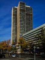 Das B&#252;rohochhaus des Geb&#228;udekomplexes  Steglitzer Kreisel  im Berliner S&#252;dwesten im Ortsteil Steglitz ist mit ca. 120 m h&#246;her als die <a href= http://www.panoramio.com/photo/84946578 >Hochh&#228;user am Potsdamer Platz</a> und aktuell das vierth&#246;chste Hochhaus in Berlin. Es wurde zwischen 1968 und 1980 erbaut und nach Fertigstellung durch die &#246;rtliche Bezirksverwaltung genutzt. Wegen Asbestbelastung steht das imposante Geb&#228;ude mit seiner markanten dunklen Fassade und dem au&#223;ergew&#246;hnlichen Grundriss seit November 2007 leer. Unter dem Geb&#228;udekomplex befindet sich der U-Bahnhof Rathaus Steglitz. (02.11.2014)