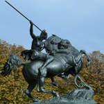 Die  Amazone zu Pferde  versucht einen Panther mit der Lanze zu bekämpfen.