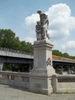 Berlin, Hallesche Tor-Brücke, Skulptur 'Fischfang' von Otto Moser (15.06.2011)