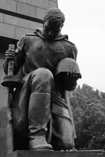 Ein am Mittelportal kniender Soldat als Bestandteil des Sowjetischen Ehrenmales im Treptower Park.