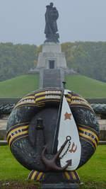 Die Hauptachse mit Bronzekranz des Sowjetischen Ehrenmales im Treptower Park.