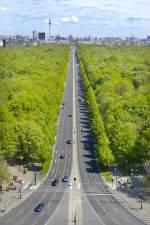 Berlin - Blick auf Straße des 17. Juli und Großer Tiergarten  (in östlicher Richtung) von der Siegessäule. Im Hintergrund: Berlin-Mitte. Aufnahme: 4. Mai 2008.