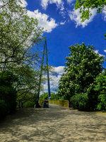 Seit 1971 verbindet der Volksparksteg als erste Berliner Schrägseilbrücke die beiden durch die Bundesallee getrennten Teile des Volksparks Wilmersdorf.