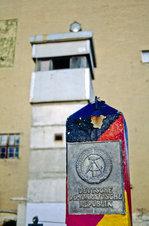 DDR-Grenzposten vor ehemaligem Wachturm in der Zimmerstraße von Berlin.