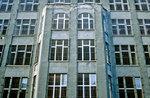 Fenster mit Gitter an der ehemaligen Berliner Mauer.