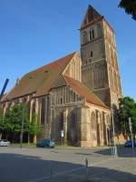 Anklam, Marienkirche, dreischiffige Hallenkirche der Backsteingotik mit Südwest Turm, erbaut ab 1296, Bombenschäden von 1943 wurden bis 1947 beseitigt (22.05.2012)