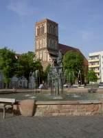 Anklam, Brunnen am Marktplatz, dahinter Turm der St.