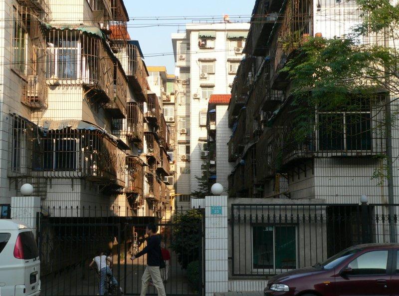 wohnen in china die fenster sind vergittert der zugang zum objekt wird oft durch einen. Black Bedroom Furniture Sets. Home Design Ideas